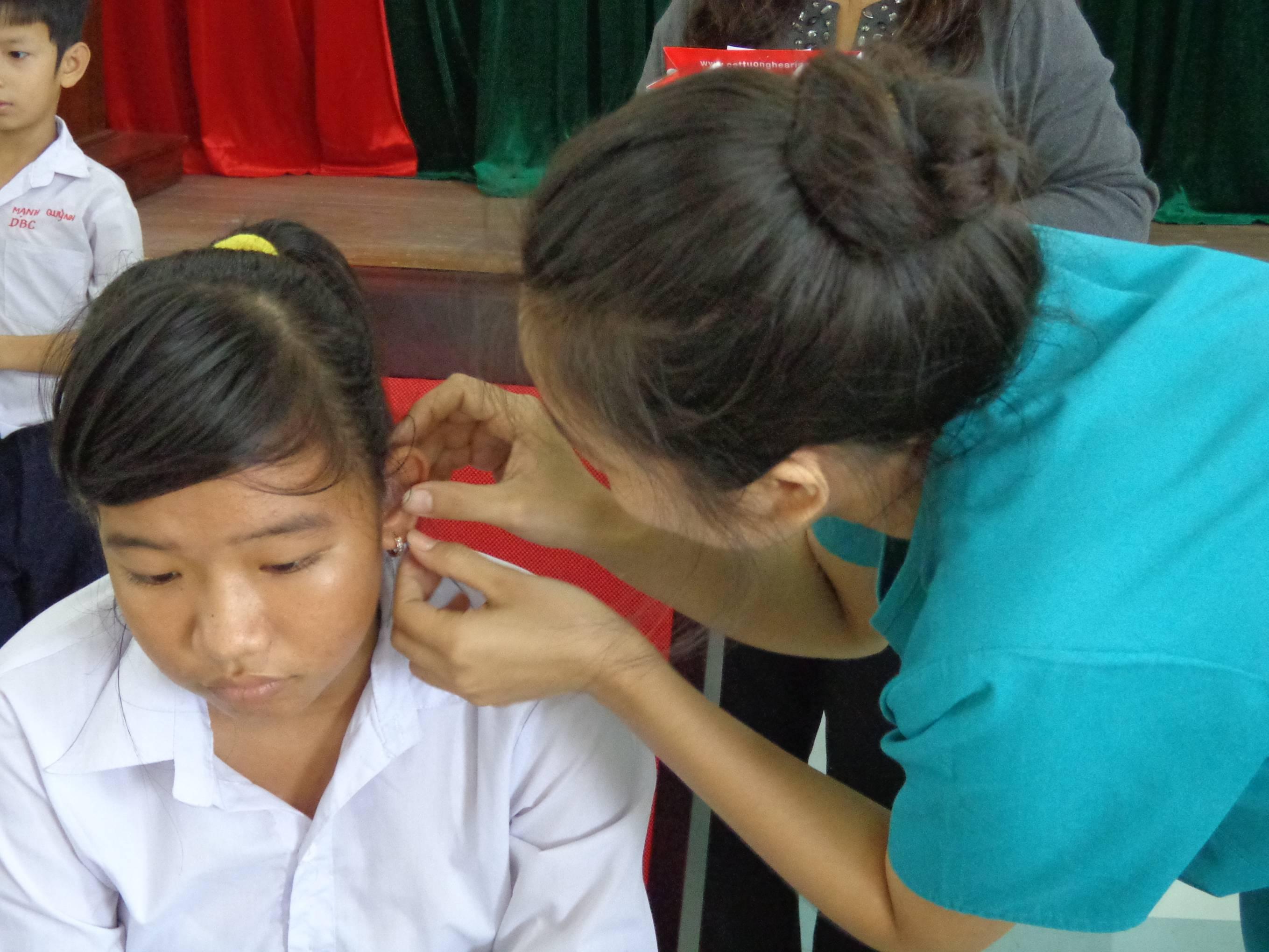 Tặng 200 máy trợ thính cho các cháu học sinh khiếm thính năm học 2012